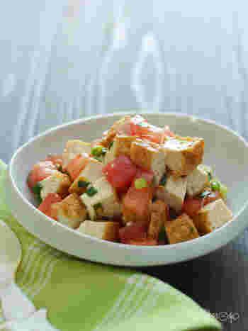 電子レンジで加熱して油抜きした厚揚げと、味付けしたトマトを混ぜるだけの簡単レシピ。ショウガやナンプラーで味付けして、エスニック風に仕上げています。味のバリエーションがワンパターンになってしまう……という方にもおすすめのレシピです。