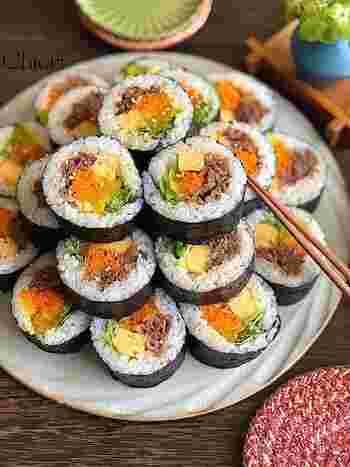 野菜もたっぷり食べられる「キンパ」。韓国の巻きずしです。肉もたまごも野菜も、お弁当に詰めたいおかずが一緒くたになっているので、行楽行事など小さめのお弁当箱に詰めたいときに◎