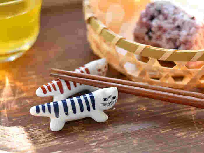 リサ・ラーソンの代表的なキャラクター、マイキー。お散歩の途中にふと立ち止まったマイキーが、箸を背中にのせてくれます。マイキーのカラーに合わせて箸の色も揃えたくなってしまいますね。