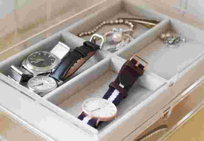 腕時計とアクセサリ―を一緒に収納している実例。無印のアクリルケースとベロア内箱仕切りを合わせて使っています。高価な腕時計なら、ホコリや傷がつかないようにしまいたいもの。出し入れする時に動かないように、滑り止めの役割も果たしてくれるベロア素材が役立ちます。