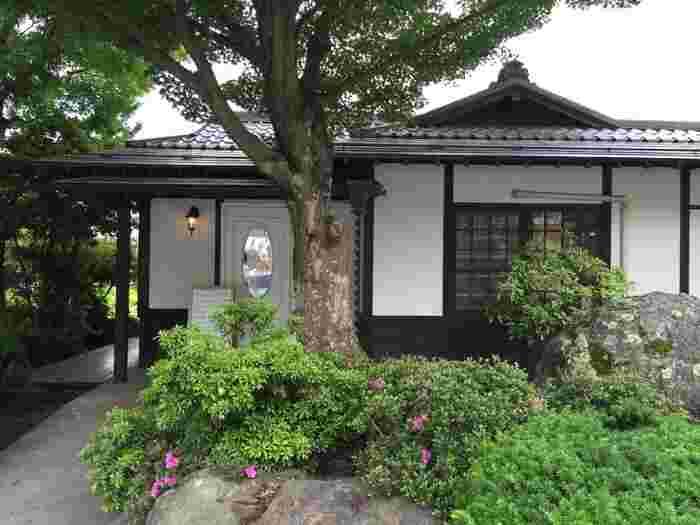 中央道・東富士五湖道路河口湖インターから車で約20分のところにある「湖畔のパン工房 Lake Bake(レイクベイク)」は、瓦屋根が印象的な建物で、一見するとパン屋さんとは思えない和の雰囲気を感じます。