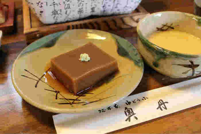三日間かけて手作りする「胡麻豆腐」は、黒胡麻の風味が抜群。【胡麻豆腐とトロロ汁。】