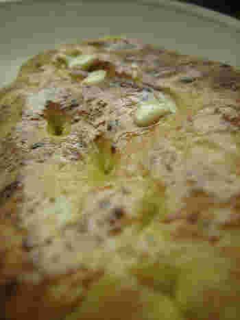 気合の入ったBBQなら、ナンも作っちゃえ!  <材料> ドライイースト 7グラム ぬるま湯 1 カップ 白砂糖 1/4 カップ 牛乳  大さじ3 卵  1個(溶かしておく) 塩  小さじ2 パン用の小麦粉 4と1/2 カップ ニンニク 小さじ2(お好みで、細かく刻んでおく) 溶かしバター 1/4 カップ  <作り方> 1、大きなボウルに、ぬるま湯にイーストを溶かして10分ほど置いておく 2、砂糖、牛乳、卵、塩、そしてパン用の小麦粉を入れて、柔らかい生地を作る 3、6-8分ほど捏ねて、生地が2倍の大きさになるように1時間ほど寝かせる 4、1時間後(この段階でお好みでニンニクを混ぜ合わせる)、生地を取り分けて小さなゴルフボールサイズにする 5、ゴルフボール大の生地をトレイにのせ、さらに倍の大きさになるまで30分ほど置く。グリルを強火に温め始める 5、薄めの楕円に生地を伸ばして、油をしいたグリルで2-3分、生地が膨らむまで焼く。反対側には溶かしたバターを塗って、裏返して2-4分、少し焦げ目がつくまで焼いたら完成!