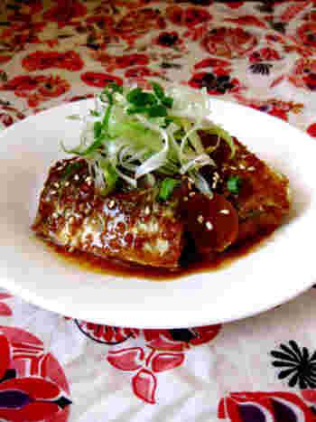 さばのくせを抑えるために、味噌で煮るのが味噌煮。ならば、韓国風にコチュジャン(唐辛子味噌)で煮てみました。辛さの中にうまみが引き立ちます。