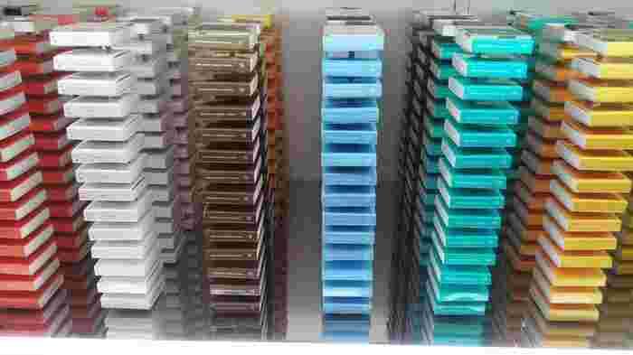 カラフルなものはなんだろう?と近づいてみると…実はこちら、すべてチョコレートのパッケージ。シェフの感性から生まれた16種類のフレイバーが並べられています。タワー状の陳列は、眺めるだけでもわくわくしますね。
