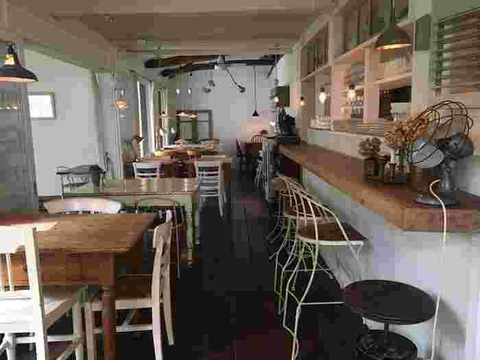 実はこちら、東京吉祥寺の人気店「Sajilo Cafe(サジロカフェ)」の姉妹店。アンティーク家具に囲まれた店内は、しっとり落ち着いた雰囲気です。