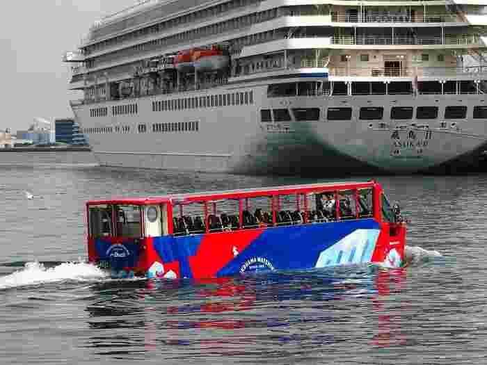 水の中を走ることができるバス「スカイダック号」。東京と横浜を走るコースがあり、陸上から水中に入るポイントもコースによって異なります。