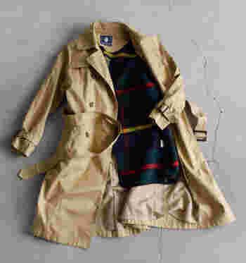 トレンチコートなど薄手のコートは、取り外し可能なライナー付きを選ぶとロングシーズン着まわせます。チェック柄など裏地にもこだわって、脱いだときにチラッと見えるさり気ないおしゃれを楽しむのも◎