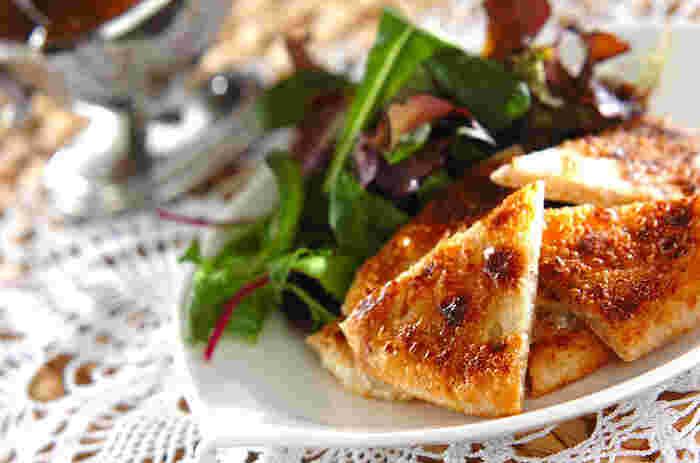 ポテト入りの薄焼きパン「アルパラタ」も、インドではお馴染みの家庭料理です。スパイスの効いたポテトの具材と、全粒粉の香ばしさが絶妙のバランス。フライパンで簡単に焼けるので、忙しい朝にもおすすめの一品です。