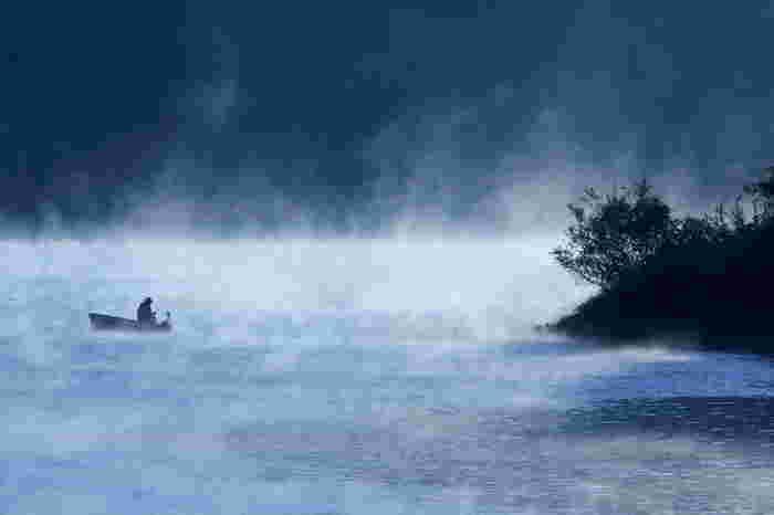 凍らない湖では、ボートからワカサギを釣ることができます。肌着の重ね着やカイロなど防寒対策を万全に!