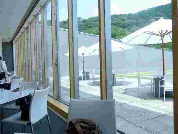 他の美術館同様に、当美術館にもレストランとカフェが併設されています。ランチなら、自然光がたっぷりと入る「レストラン アレイ」へ。