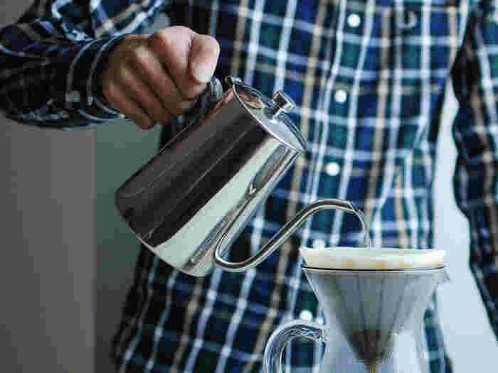 緩やかなカーブを描いた細い注ぎ口は、お湯を注ぐ位置や量、スピードを自分好みのドリップの仕方に調整することができ、また、注ぐ時に傾けても蓋が落ちない構造になっています。  香りを楽しみながらハンドドリップでコーヒーを淹れる癒しのひととき。そんなスローな時間を演出してくれるケトルで、特別な一杯を味わってみませんか。