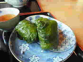 めはり寿司は、熊野地方を代表する郷土料理の一つです。高菜の葉でくるまれためはり寿司は、醤油との相性が抜群です。
