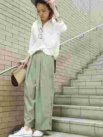 白シャツにカーキパンツを合わせて、シンプルな組み合わせに。簡単に大人の女性のこなれ感を演出できます。小物で軽やかさをプラスしましょう♪