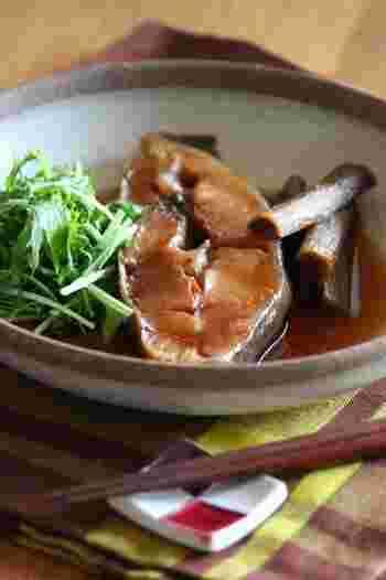 身の厚いかれいをしょうゆ+みりんの甘辛味で煮つけます。ごぼうは魚の煮つけによく使われる根菜。歯ごたえ、香りがよく煮汁に溶け出た魚のうま味を吸っておいしくなります。