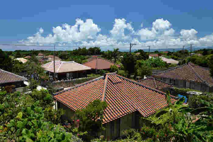 竹富島は、八重山諸島の空の玄関口となっている石垣島からフェリーで約10~15分で到着する離島です。