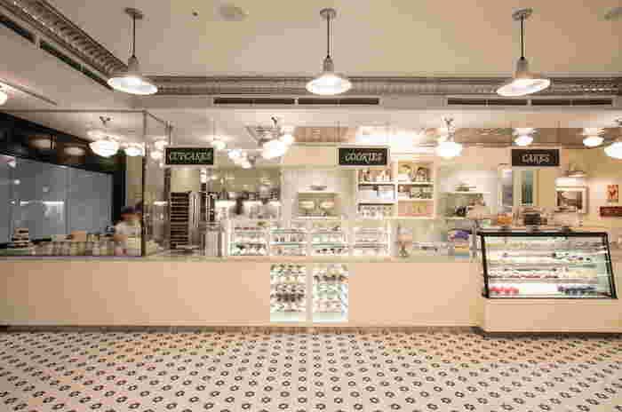 日本のカップケーキブームのきっかけにもなった、ニューヨークのカップケーキ店。大人気ドラマSATCの中で、主人公がケーキをほおばるシーンに、くぎ付けになった人も多いのではないでしょうか。2014年のオープン以来、現在でも店内はお客さんでいっぱいです。