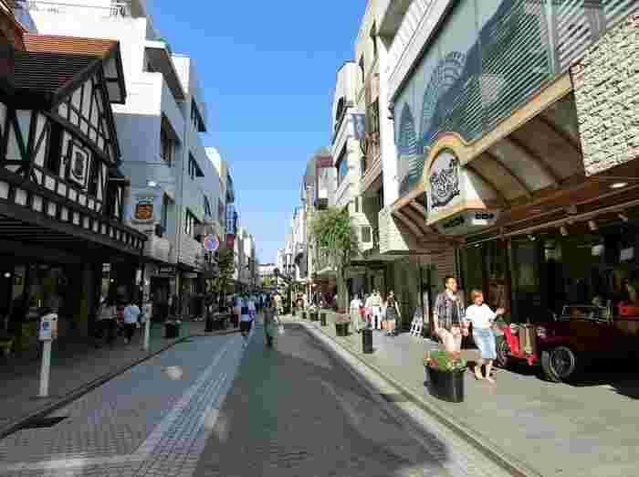 「猫の恩返し」は、猫の世界に迷い込んだ女の子・ハルちゃんのちょっと不思議なお話。作品に登場する海外の街にあるような石畳の通りは、横浜元町商店街がモデルになっていると言われています。