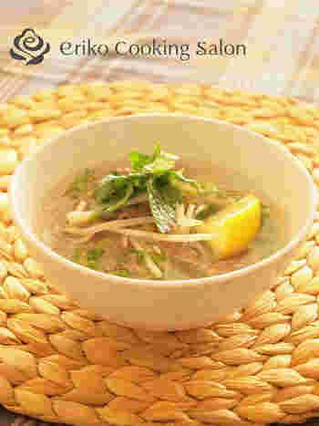 春雨は、麺の代わりにもなるのでダイエットにもおすすめ。こちらは、春雨を使ったベトナム料理の定番フォー風。香草やスイートチリソースを少し加えると、さらに本格的なお味になるそうです♪