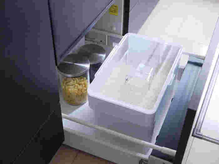 シンク下の引出しには、かさばる米びつを入れるスペースとしても。 低い位置だからこそお米をすくう作業をスムーズに行えます。