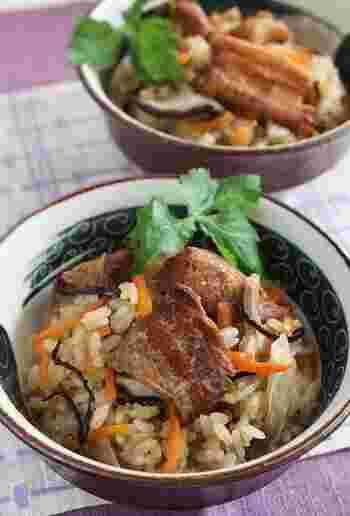 三枚肉の代わりに、市販の角煮を使っているので、とても簡単!あとは野菜と塩昆布などを加えて炊飯器で炊くだけです。お弁当にもおすすめですよ。