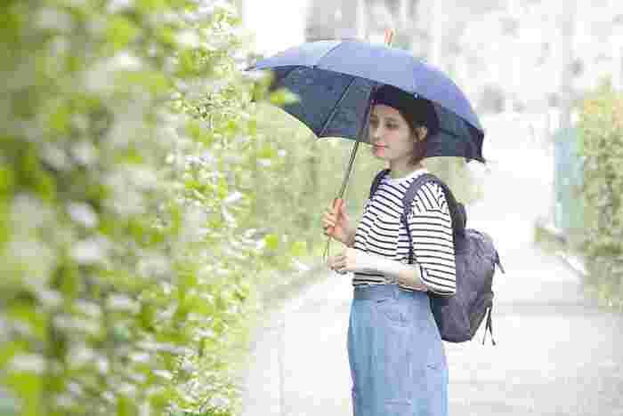 リネンの優しい風合いと温かみのあるウッドパーツの組合せが上品なパラソル。港町神戸発のブランド「MARINEDAY(マリンデイ)」の日傘で、職人によりひとつひとつ丁寧につくられています。UV加工を施した厚手のリネン生地は淡い光沢感があり、合わせる服を選びません。直径70cmと程よいサイズ感も◎。