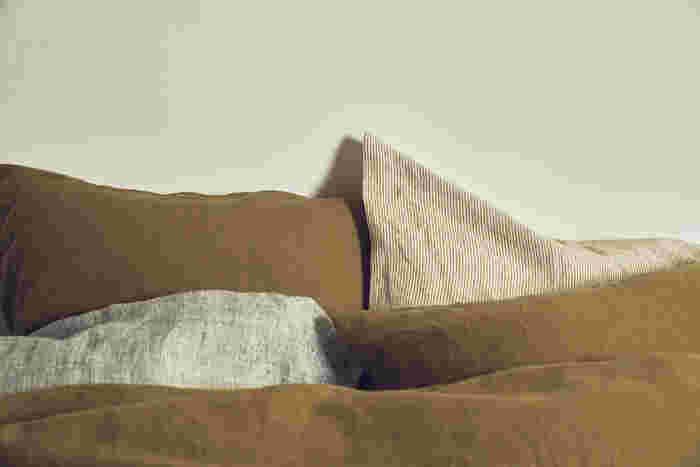 ベッドウェアはお部屋に占める面積が広いので、イメージや雰囲気を決める大きな要素になります。 ベッドカバーやシーツをナチュラルで穏やかなものでコーディネートすれば、寝室全体がリラックスできる空間になるはず。  「ACTUS」の「Quiet」(クワイエット)は、自然の風景にインスパイアされた、快眠のためにおすすめのベッドウェアコレクション。コットンや肌触りのよいヨーロッパのウォッシュドリネンを使い、丈夫なうえに丁寧な縫製で寝心地も◎。 「SEA(CALM & RELAX)」(写真上)、「FOREST(BALANCE & RESET)」(写真中)、「「LAND(ENERGY & CHARGE)」(写真下)の3つのテーマで作られていて、自分流にヒーリングカラーと素材を組み合わせて選ぶことができます。  ※「Quiet」シリーズは3月3日からACTUS直営店での発売となります。