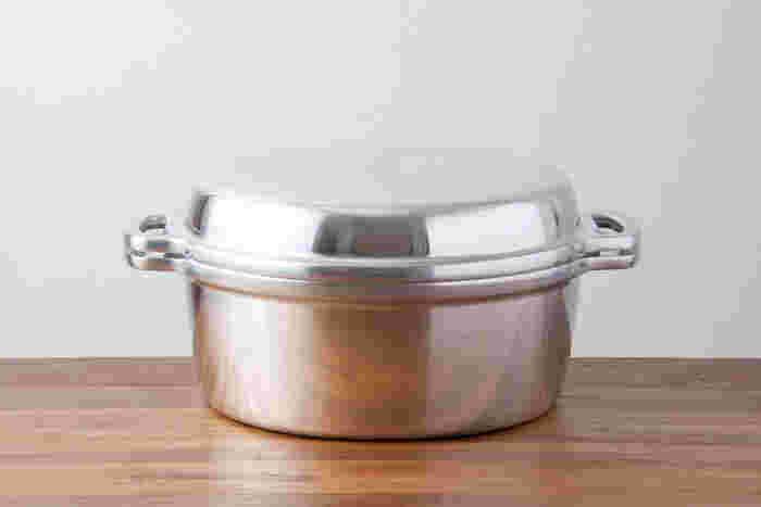 乾物以外は何でも水なしで料理ができる最高級の鍋として1953年に誕生した無水鍋。1鍋で8役をこなすうえ、丈夫で万能なので、代々受け継ぎながら愛用している方も多いお鍋です。