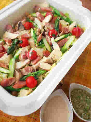 手軽でヘルシーな一品が欲しいなら、色とりどりの野菜を蒸し焼きにするホットサラダはいかがでしょう?ソースもマヨぽん&ネギソースでシンプルに召し上がれ!