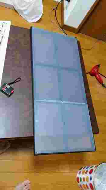 作り方は、木材を格子状に組んで好みの色を塗り、PPシートをタッカーで打ち付ければ完成です。PPシートは薄いので、タッカーで簡単に留めることができるんです。