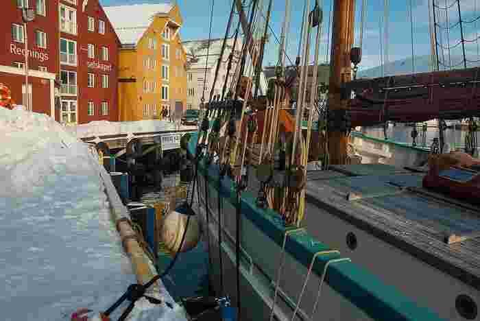 「HELLY HANSEN(ヘリーハンセン)」は、ノルウェーで1877年設立された老舗のマリンウエアブランド。海から山まで使えるウエアをコンセプトに、北欧らしいデザインが魅力的です。