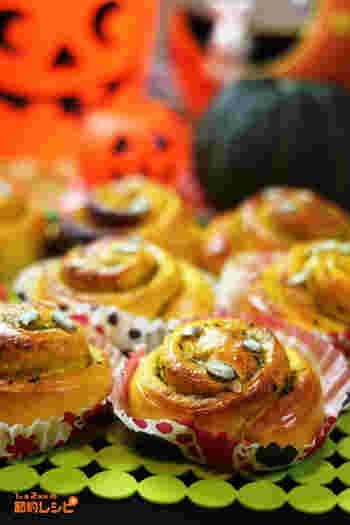 製菓材料としてもよく見かけるパンプキンシードは、ひと手間かければ手作りできます。かぼちゃの種をよく洗い、水気を切ってレンジにかけると中身を取り出せますよ。こちらは皮も種も使ったかぼちゃ尽くしのシナモンロール。愛情たっぷりの手作りパンです。