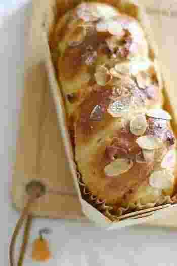 強力粉と薄力粉を合わせてつくった、さっくりとした食感が美味しいキャラメルチョコチップパンです。トップにスライスアーモンドを飾っておめかしすると、仕上がりが豪華になります。