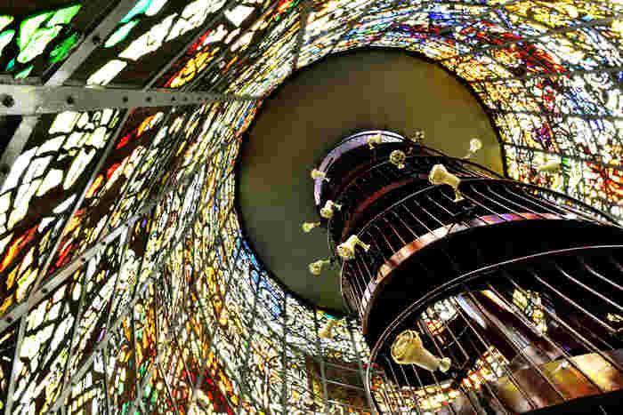 分厚いステンドグラスがはめ込まれた高さ18メートルの塔は、実際に中に入ってみることができます。外界から一歩足を踏み入れれば広がる幻想的な世界に魅了されてしまいそう。塔の上からは、「彫刻の森美術館」全体を見渡すことができるので、機会があれば、ぜひ上ってみたいですね。