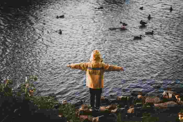 子どもは自分の気持ちに従って思うままに行動します。それが正しいか正しくないかなんて悩んだりしませんよね。気持ちと行動がとてもシンプルにつながっています。