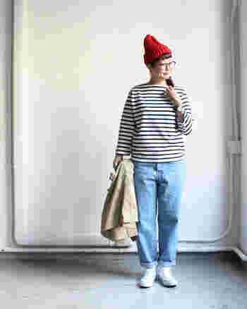デニム×ボーダーカットソーのコーディネート。キナリノ読者にも好きな方が多いのでは?  定番の着こなしをよりスタイルアップさせるには、小物使いが重要です。 赤いニット帽やおおぶりなメガネで視線を上に。足元はコンバースなどスニーカーで重さを出しましょう。  バッグも自然な雰囲気のものがおすすめ。リネンやコットン素材の布バッグ、天然素材のかごバッグをさらっと持って。