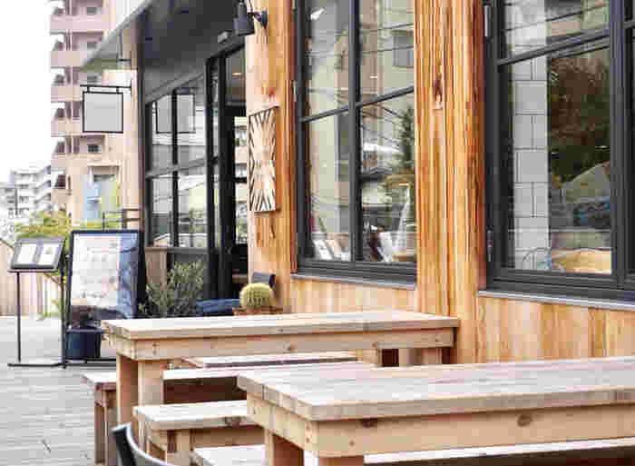 かつて東横線が走っていた全長220mの線路跡地に誕生した商業施設「ログロード代官山」内にあるカフェ。スイーツは勿論、フードメニューも充実しているのでレストランとしても。いろんなシーンで利用できそうです。