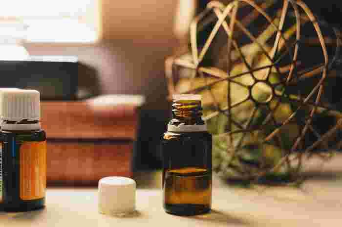 美容液は、肌への有効成分が濃縮して配合された化粧品のこと。 保湿や美白、エイジングケアなど、悩みに合わせたさまざまな種類があります。  顔全体につけるものだけでなく、目元など部分的につける美容液もあるので、気になる箇所に特化した成分が配合された美容液を選ぶのがポイントです。