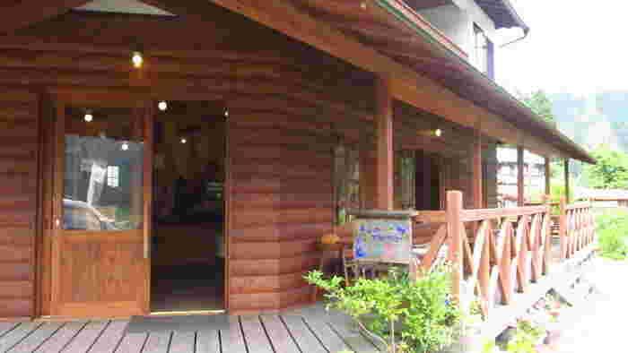 美山おもしろ農民倶楽部は、かやぶきの里集落近くにあるログハウス風のカフェです。