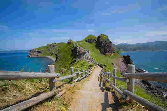 積丹半島北西部から日本海に突き出している神威岬は、ニセコ積丹小樽海岸国定公園に属する岬です。岬の付け根から先端部までは、尾根沿いに整備された「チャレンカの道」と呼ばれる約770メートルの遊歩道が続いています。