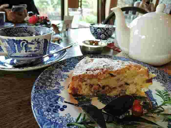手作りの日替わりケーキも人気で、レモン風味のチーズケーキやピーターラビットのお気に入りなど、数種類のケーキがあります。ケーキの横に添えたお花のサービスにあたたかな気持ちになりますね。コーヒーや紅茶と一緒にホッと一息つきましょう。