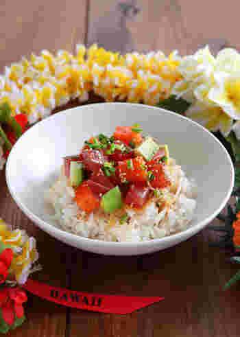 「ポキ」は新鮮な生魚の切り身に味付けをしたお料理。ご飯にのせると「ボキ丼」に。 赤身のマグロを小さめに切って、塩やゴマ油、醤油で味付け。日本人にも馴染みのある調味料でシンプルながらくせになる味わいです。さらにアボガドやサーモンを加えても美味しいですよ。