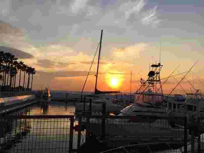 クルーザーが停泊するマリーナの夕日。ロマンティックな気分に浸れそうです。