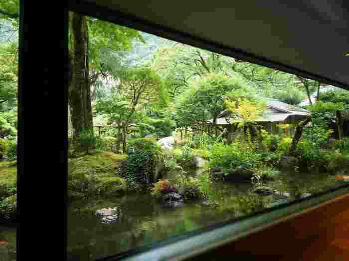 「箱根湯本」は、豊かな自然環境を活かしながら、利用者のニーズに応じて発展する温泉地です。老舗温泉宿から日帰りの温泉施設まで、新旧様々な入浴施設が調和しながら混在しています。【日帰り温泉プランが豊富な老舗温泉宿「吉池旅館」】