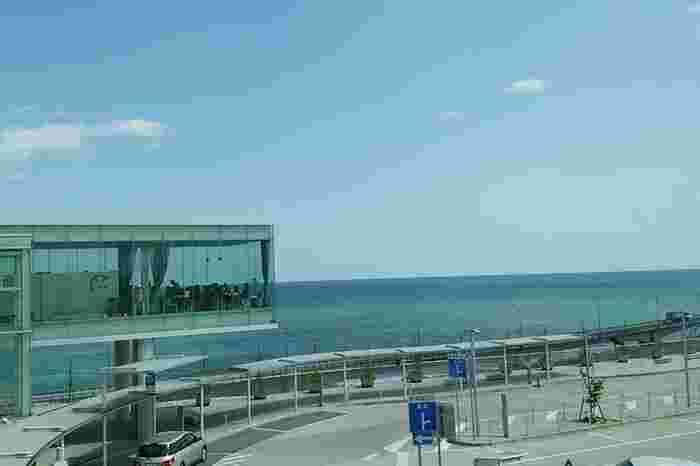 """海の上のシーバーズカフェ(茨城県/ 日立市)・・・海に浮いているような絶景天空カフェは """"リゾート地のような非日常の空間でお食事ができるお店 """"がコンセプト。日立市出身の世界的建築家、妹島和世さんがデザイン監修し2012年にグッドデザイン賞を受賞した建物。カフェが直結する日立駅も2014年に鉄道の国際デザインコンペティション「ブルネル賞駅舎部門」で最優秀賞を受賞し世界の最も美しい駅舎のひとつです。"""