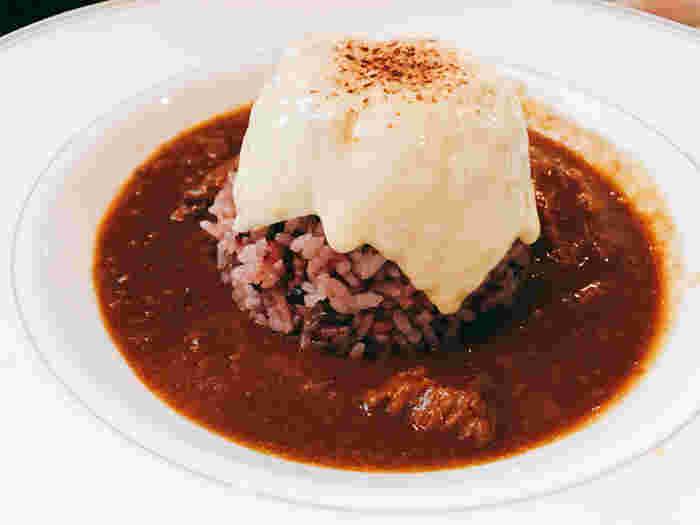 「嵯峨野湯カフェ」の人気は、メニューにもあり!食事も、スウィーツも、ドリンクも、充実したラインナップです。 【画像は、15穀米の「嵯峨野湯カレー」。程良く効いたスパイスは風味豊かで食べやすく、雑穀米との相性も抜群と評判です。】
