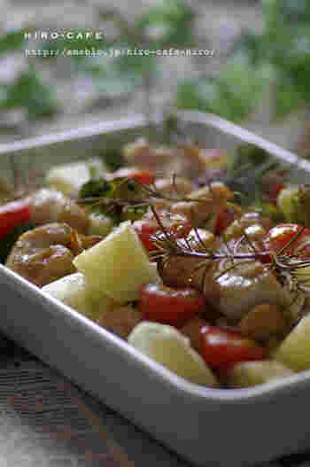 オーブンまかせで、野菜もたっぷりとれる嬉しいレシピ。鶏肉を塩水につけるひと手間で、しっとり仕上がります。オリーブオイルとニンニク、ハーブの香りが食欲をそそります。