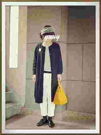 シックなモノトーンコーデに、イエローのバッグで挿し色を。ぐんと明るくおしゃれな印象になります。