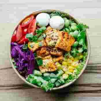"""安くてボリュームもある豆腐・もやし・鶏むね肉などの""""かさまし食材""""を使った一人暮らしの料理レシピも人気です。節約になりますし、カロリーを抑えつつ満腹感を得ることもできます。"""
