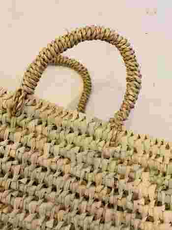 細かい編み目のかごバッグは、ほこりが溜まりやすいので、やわらかい布でやさしく拭いていきましょう。編み目の内側の部分に汚れが溜まりやすくなっています。  洋服ブラシなどのやわらかなブラシで編み目の部分の汚れを払うのもおすすめです。
